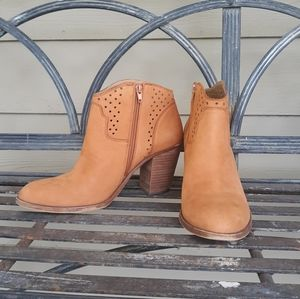 Lucky Brand  Eller Cafe Ankle Booties